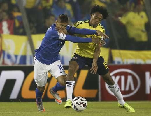 Neymar parte para cima de Cuadrado