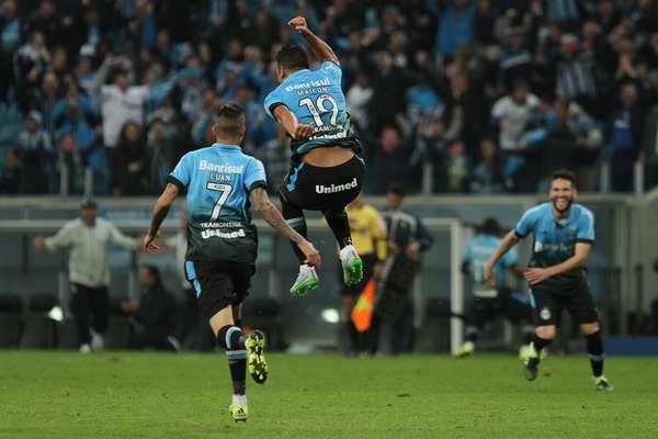 Maicon comemora gol da vitória do Grêmio