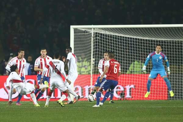Carrillo se estica para fazer o primeiro gol do Peru na vitória sobre o Paraguai