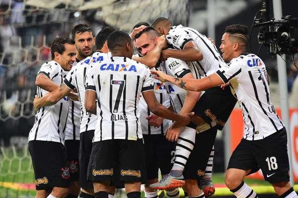 Corinthians segue na cola do líder do Atlético-MG, após vencer o Vasco por 3 a 0