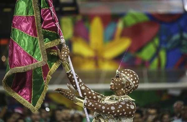"""Com o enredo """"Maria Bethânia: A Menina dos Olhos de Oyá"""", a Estação Primeira de Mangueira venceu o Carnaval de 2016. A última vez que a agremiação havia vencido na Marquês de Sapucaí foi em 2002. Este é o 18° título de uma das mais tradicionais escolas de samba do Rio de Janeiro"""
