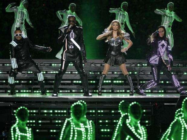 Black Eyed Peas prendió al público que se dio cita el año pasado en el Dallas Cowboys Stadium en el Super Bowl XLV. Foto: AP