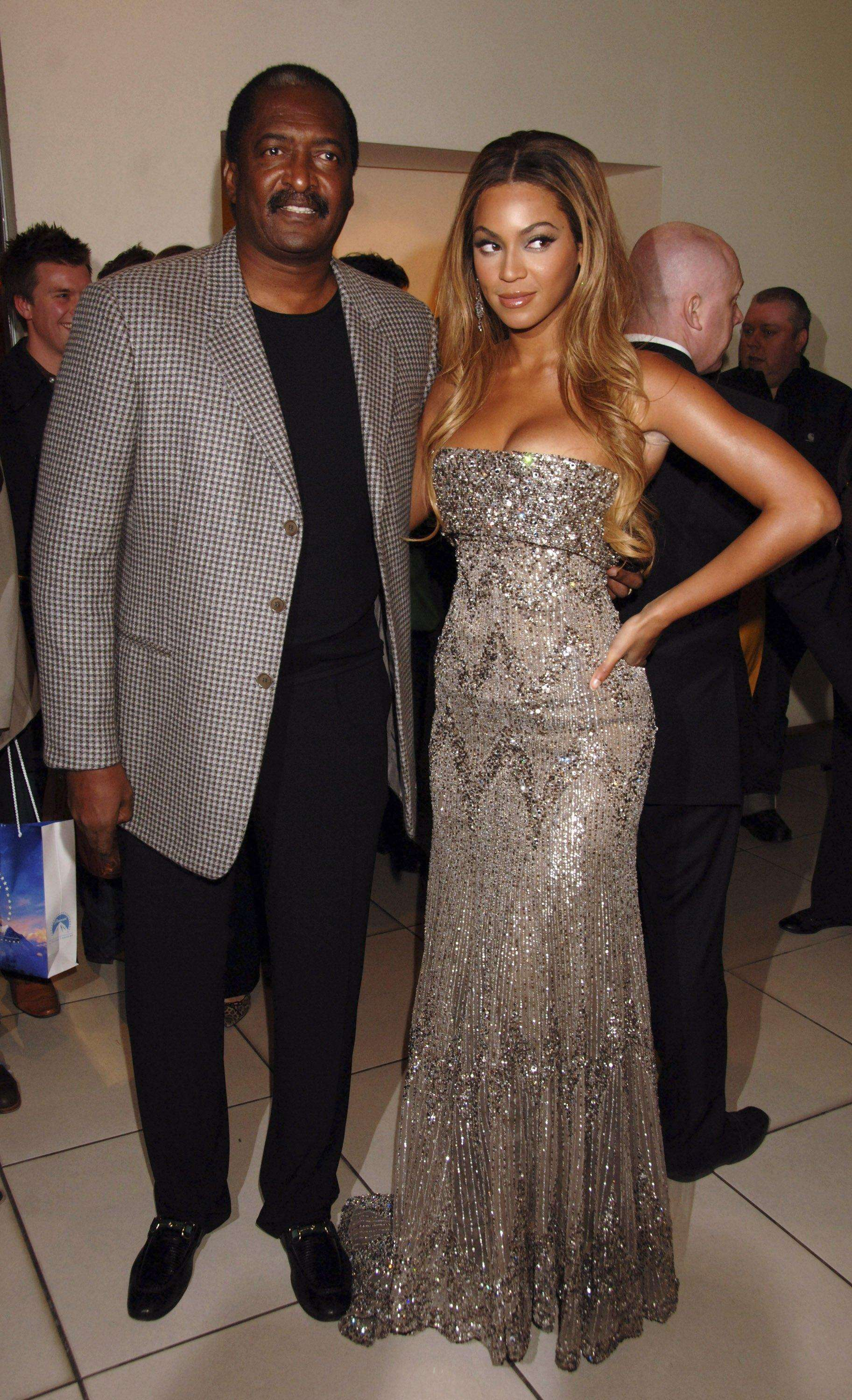 LONDON - JANUARY 21: (EMBARGOED FOR PUBLICATION IN UK TABLOID NEWSPAPERS UNTIL 48 HOURS AFTER CREATE DATE AND TIME) Beyonce Knowles and her father Matthew Knowles arrive at the UK film premiere of 'Dreamgirls,' held at Odeon Leicester Square on January 21, 2007 in London, England. (Photo by Dave M. Benett/Getty Images) Foto: Getty Images