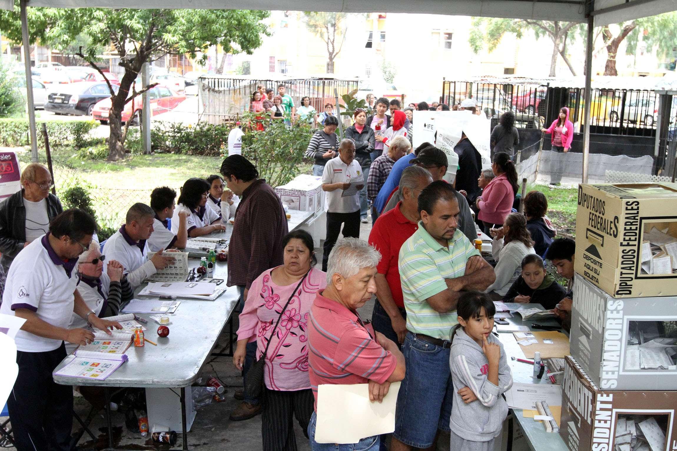 Candidatos a la gubernatura de Tabasco emiten su voto