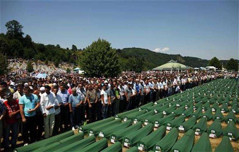 Bosnios musulmanes rezan junto a una serie de ataúdes en Potocari, cerca de Srebrenica, jul 11 2012. Bosnia enterró el miércoles, 17 años después de la masacre, a 520 hombres y adolescentes musulmanes asesinados en Srebrenica en 1995 y arrojados a fosas comunes. Foto: Dado Ruvic/Reuters