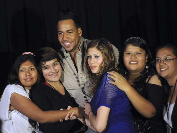 Romeo Santos rodeado de bellas chicas presenta DVD en vivo
