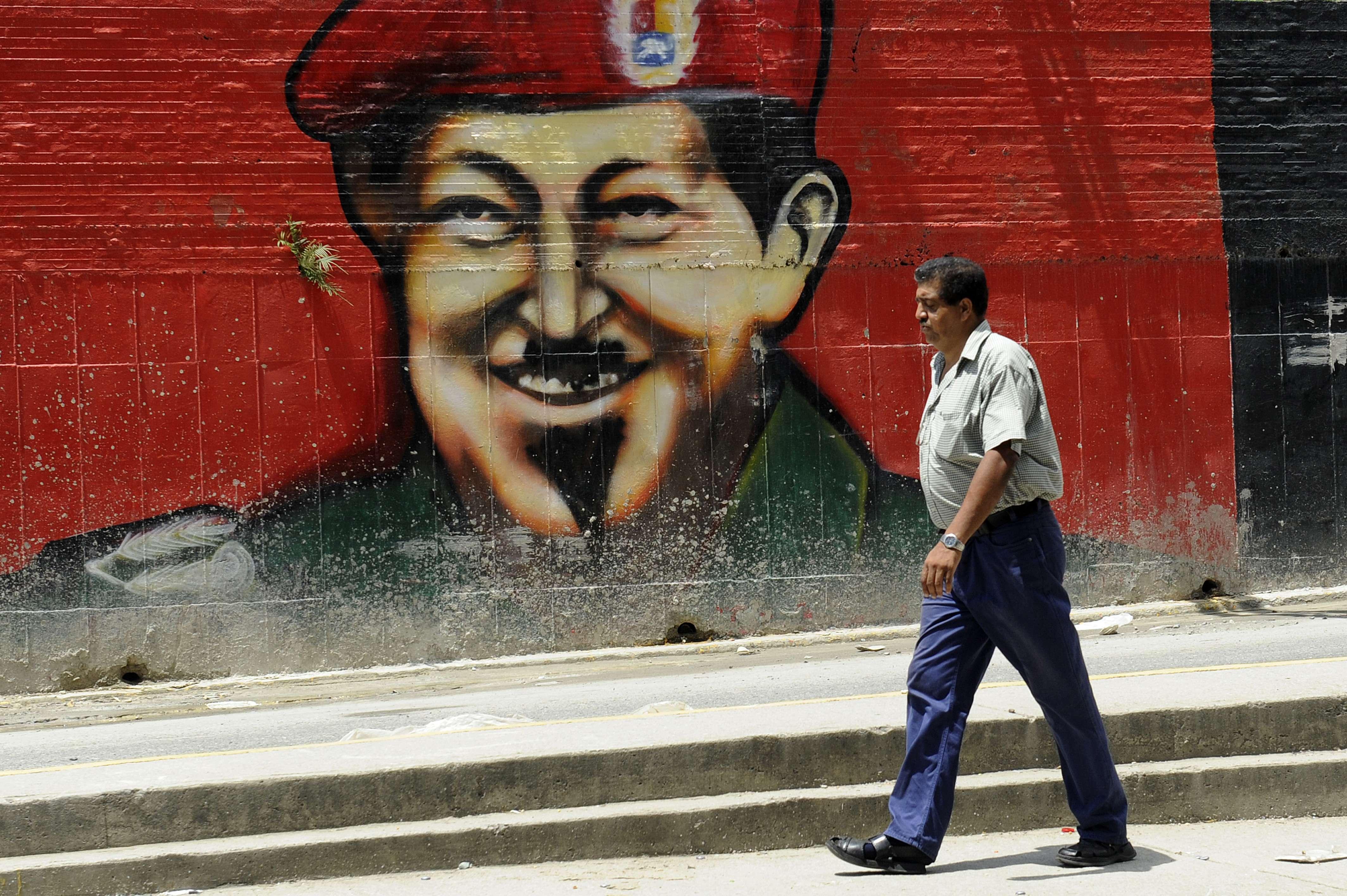 Tras reelección, Chávez lucha para mantener su popularidad