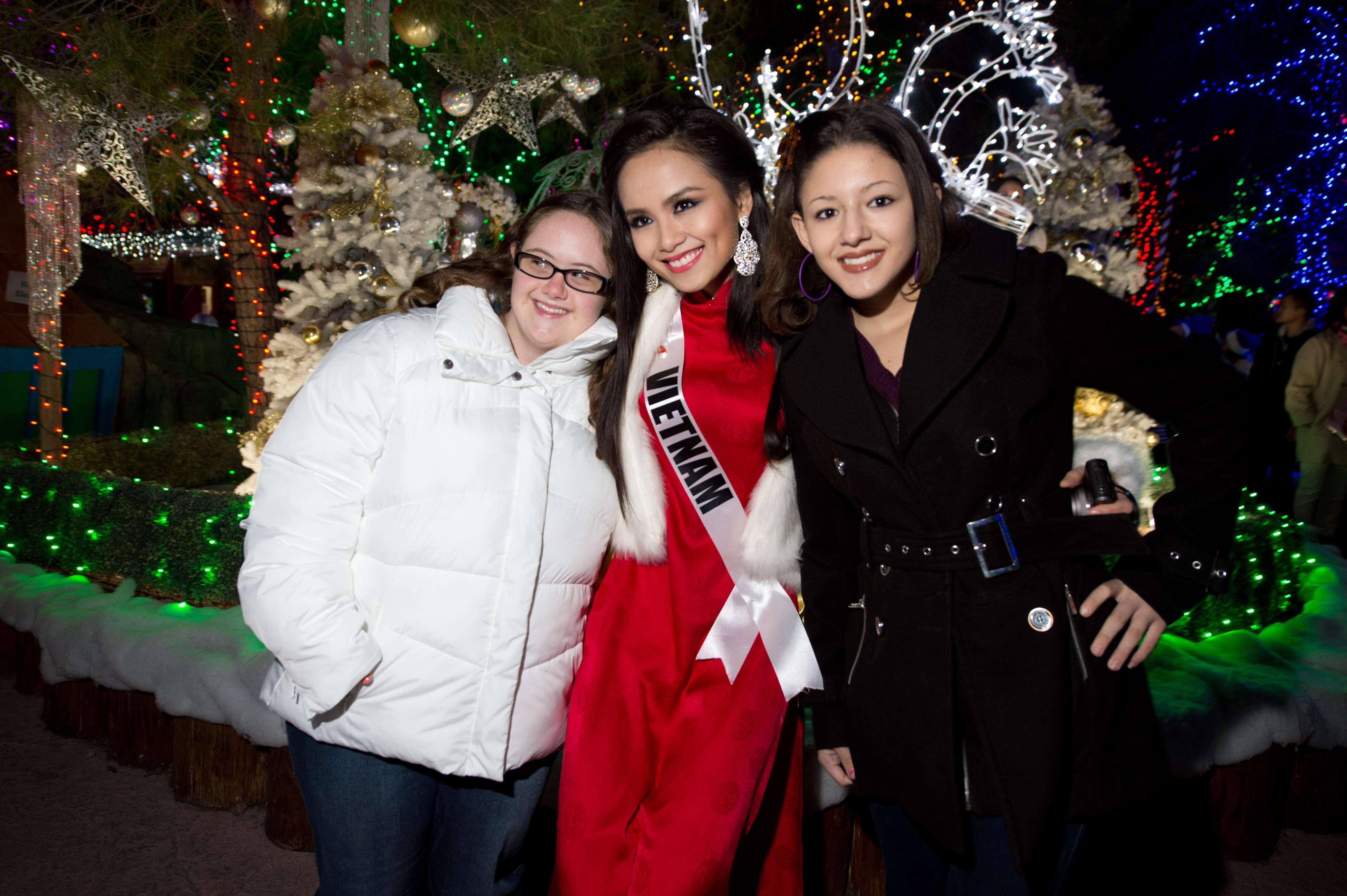 Candidatas a Miss Universo participam de evento beneficente