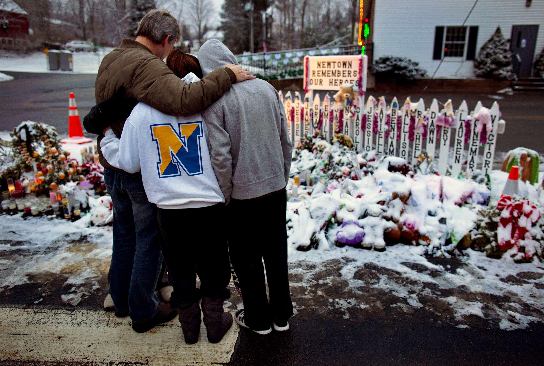 Tras masacre, Newtown pasa la Navidad en duelo