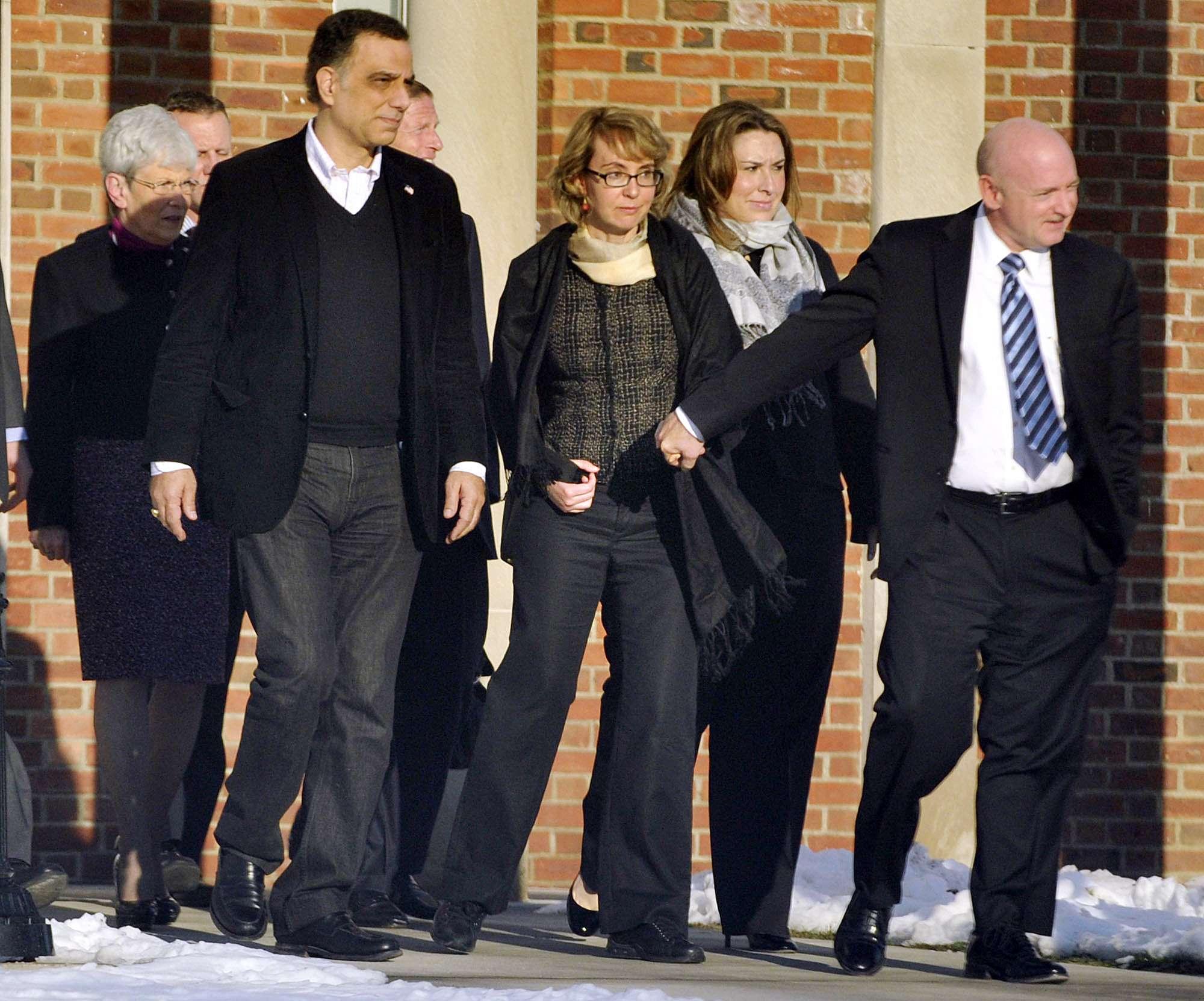 Giffords visita a familias de víctimas de matanza en Newtown