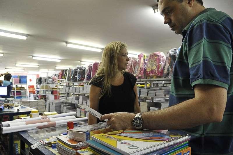 O casal de bancários Cláudia e Robson Macedo compra o material escolar dos filhos Foto: Elza Fiúza/Agência Brasil