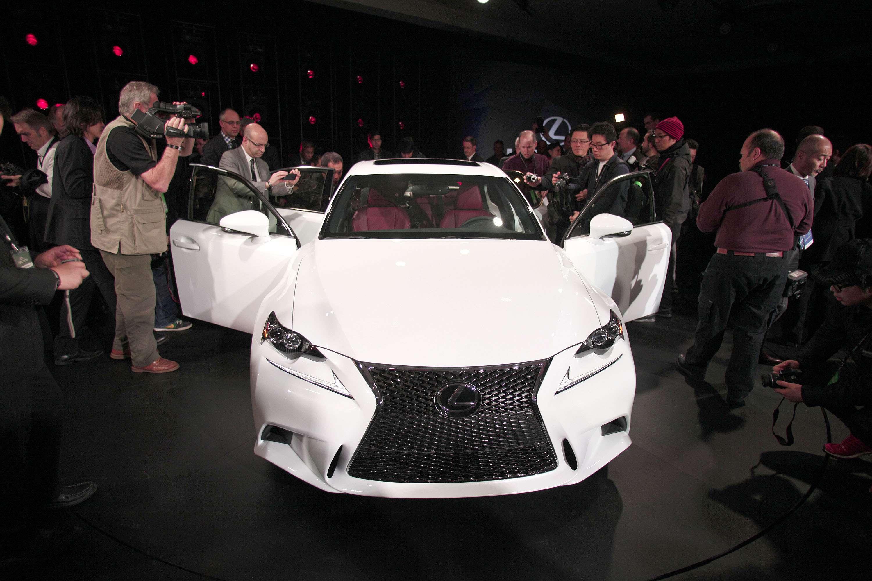 Detroit: Lexus lança nova geração do IS e primeiro híbrido
