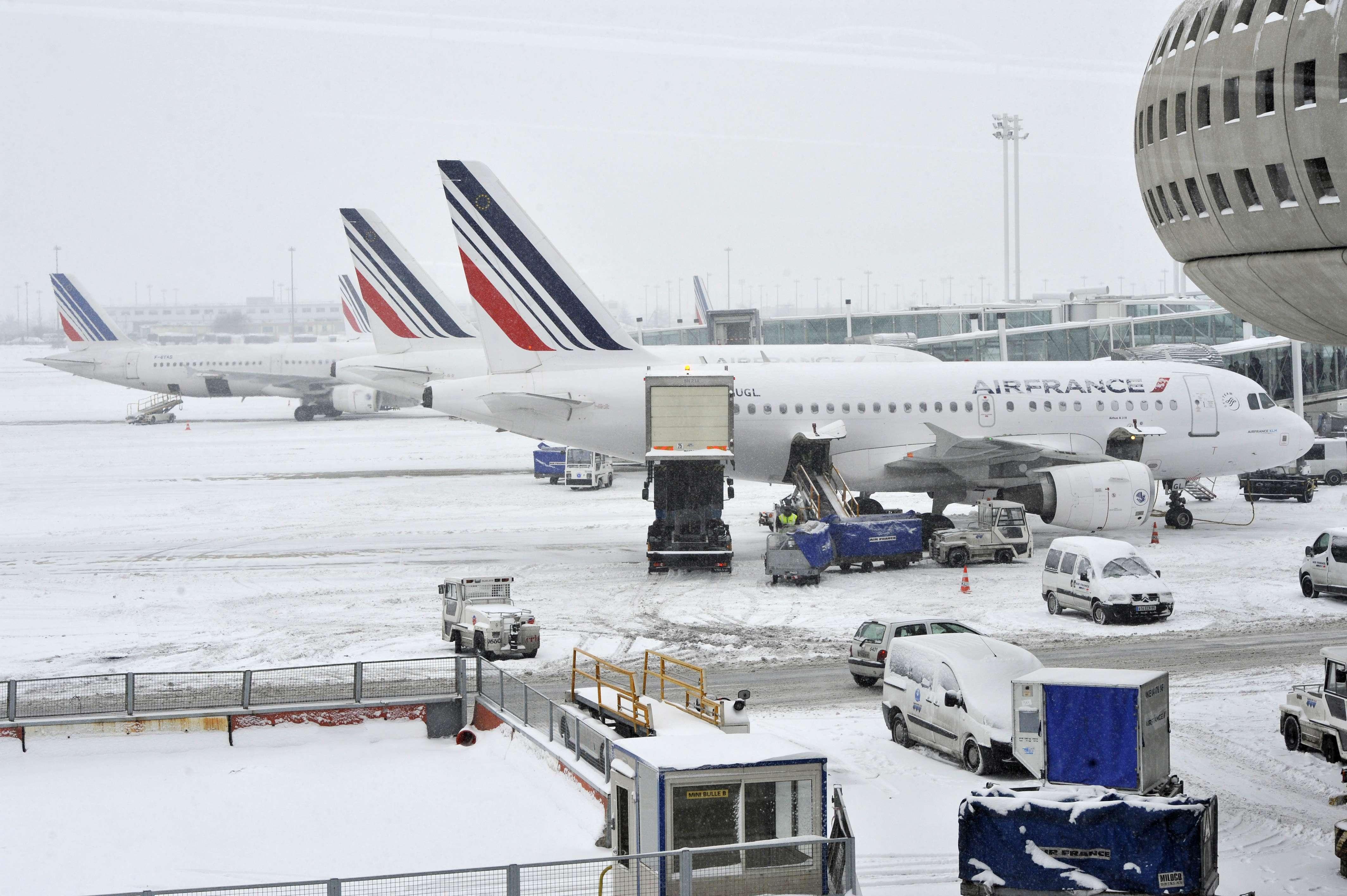 Aviões da Air France ficam estacionados no aeroporto Charles-de-Gaulle, nos arredores de Paris, por conta da nevasca que cai no país Foto: AFP