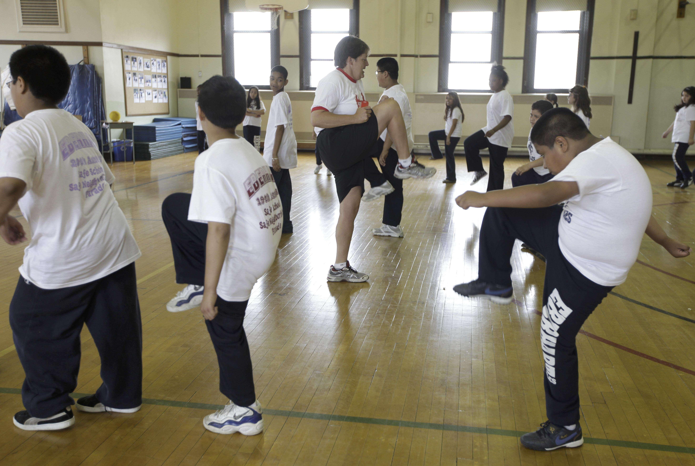 En esta foto del 26 de mayo de 2009, se aprecia una clase de educación física en la escuela primaria Eberhart en Chicago. Un reporte difundido el jueves 31 de enero de 2013, sacó a la luz varios mitos sobre la obesidad Foto: M. Spencer Green, archivo/AP