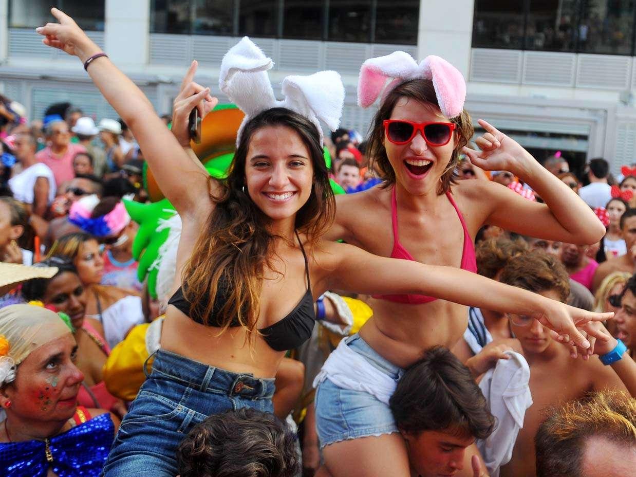 A Banda de Ipanema também é famosa por reunir um grande público de gays, lésbicas e simpatizantes, com várias drag queens personificadas em diversos personagens Foto: Daniel Ramalho/Terra