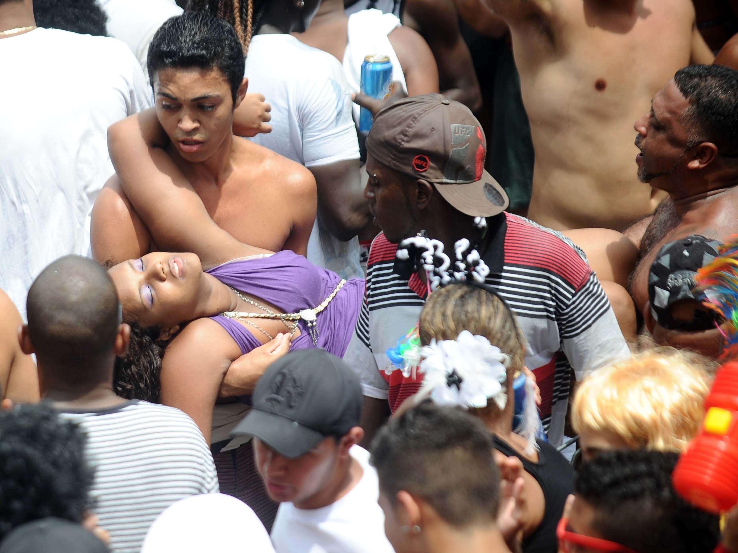 Muitas pessoas tiveram de ser atendidas pelas ambulâncias da secretaria municipal de saúde que estavam no local Foto: Mauro Pimentel/Terra