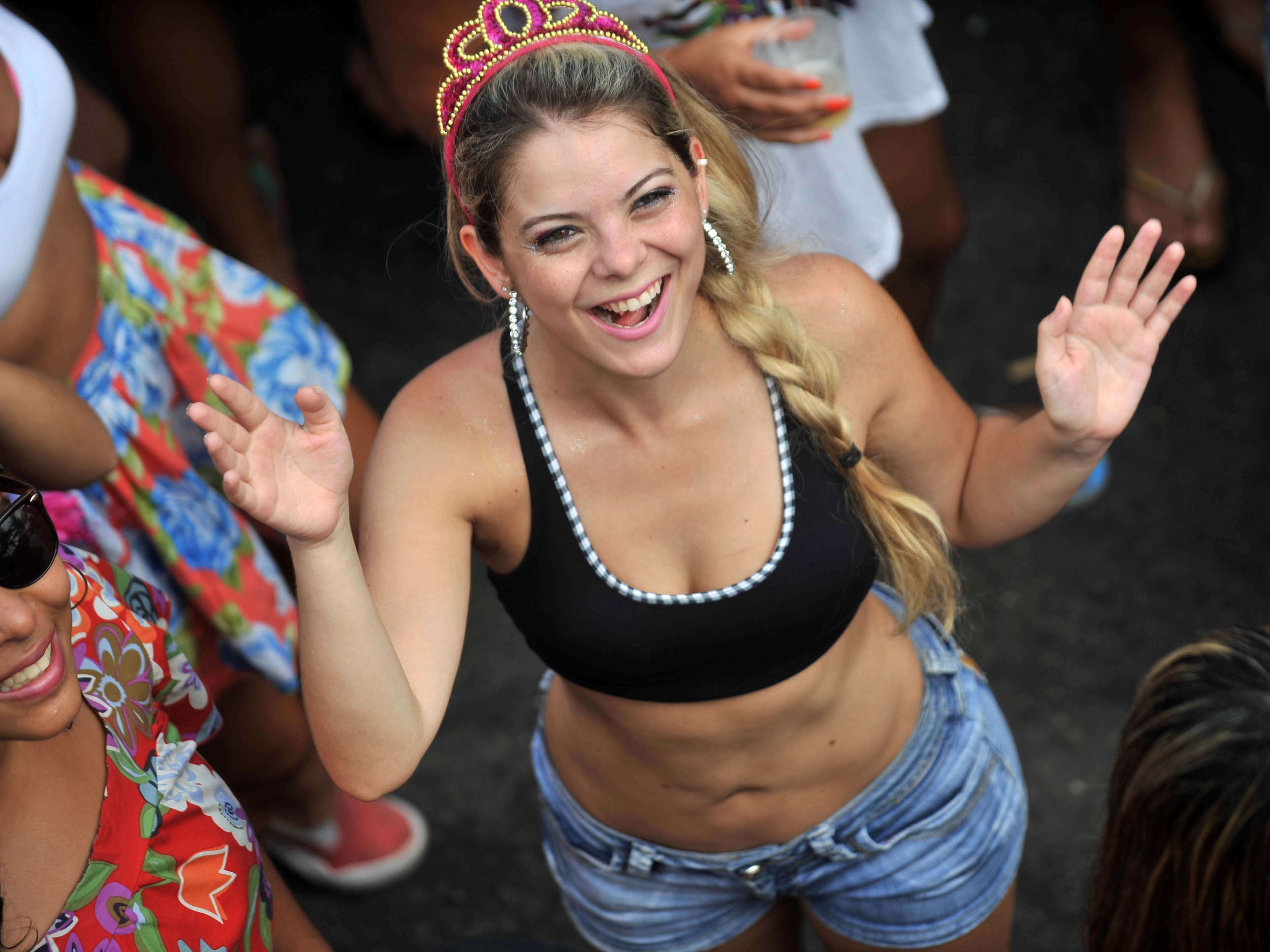 Com 18 anos de tradição, o bloco Simpatia É Quase Amor arrastou uma multidão de 100 mil pessoas na orla de Ipanema, no Rio, nesta domingo Foto: Mauro Pimentel/Terra