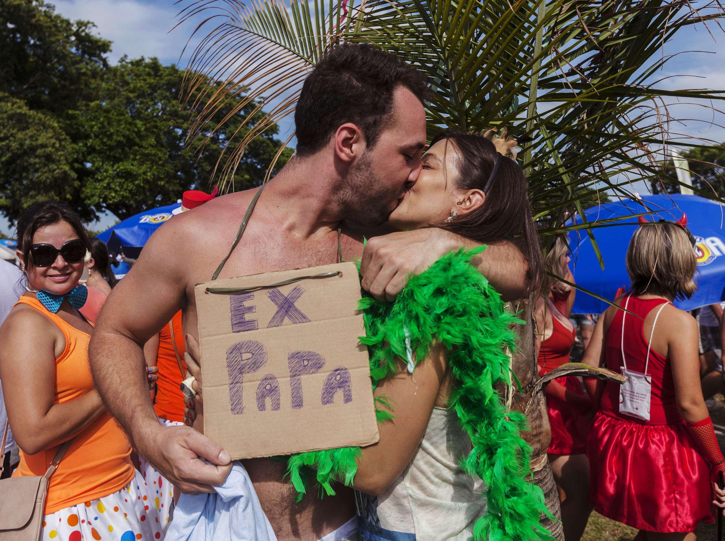 No meio da folia e do romance, nem a renúncia do Papa Bento XVI escapou da festa Foto: Reuters
