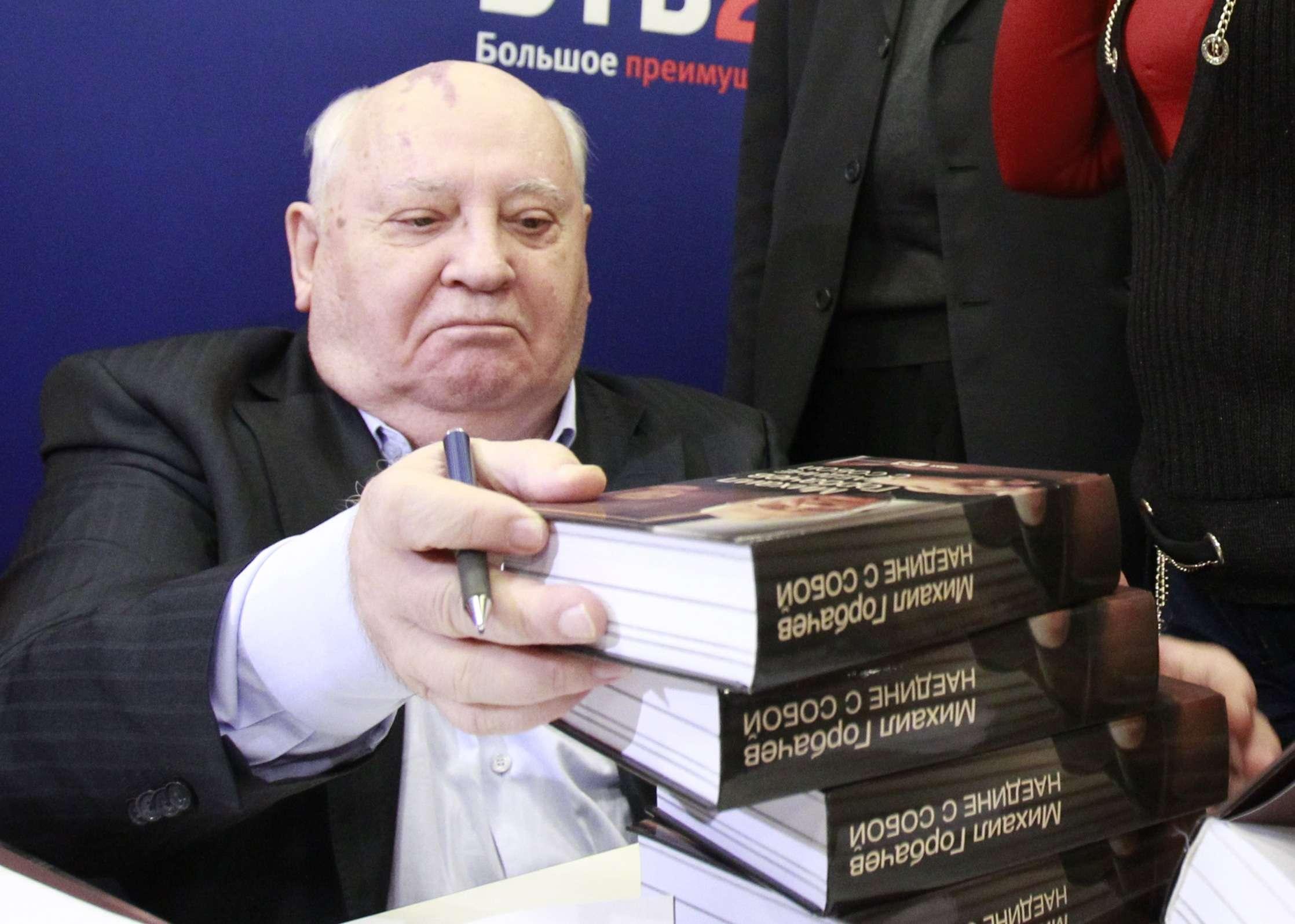 Mikhail Gorbachev assina edição de seu último livro em novembro de 2012 Foto: Reuters
