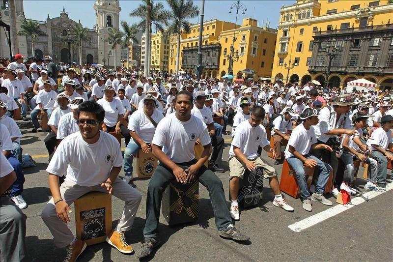 Más de 1.500 personas, récord Guinnes en Lima de toque de cajón peruano Foto: Agencia EFE/© EFE 2013. Está expresamente prohibida la redistribución y la redifusión de todo o parte de los contenidos de los servicios de Efe, sin previo y expreso consentimiento de la Agencia EFE S.A.