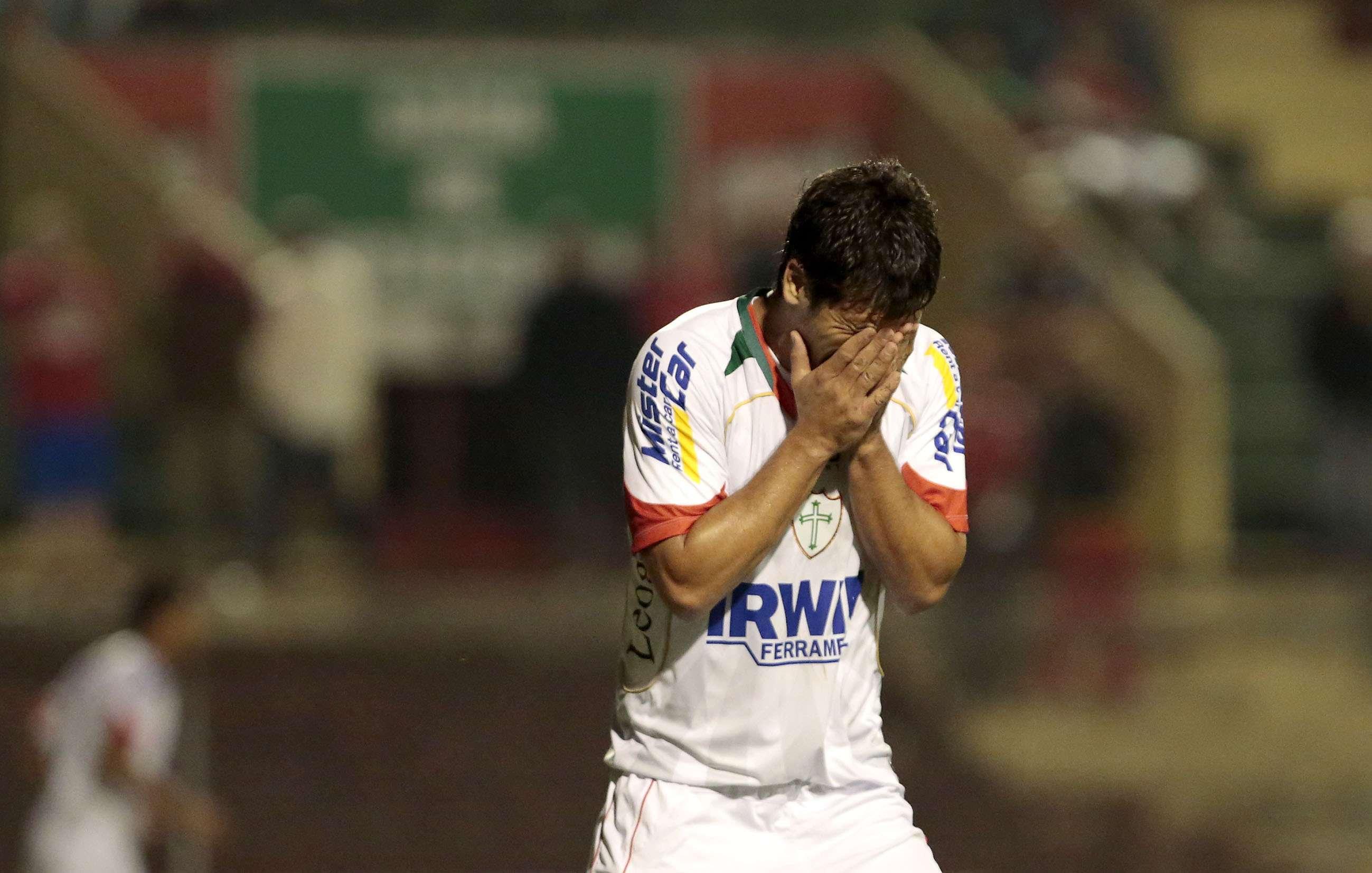 Héverton se desespera com chance desperdiçada pela Portuguesa Foto: Miguel Schincariol/Gazeta Press