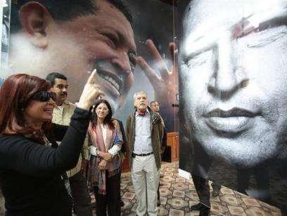 Cristina Fernández visita la tumba de Hugo Chávez