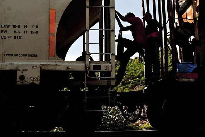 """Aprovechando que el tren de carga que los migrantes centroamericanos usan para cruzar el País se detuvo cerca de Chahuites, Oaxaca, aproximadamente 15 asaltantes se subieron al convoy conocido como """"La Bestia"""", pero cuatro de ellos fueron retenidos por los migrantes y lograron evitar el atraco. Foto: Reforma"""