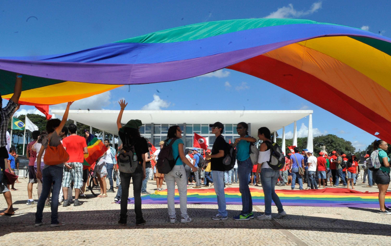 Com a tradicional bandeira do arco-íris, manifestantes pedem saída de Feliciano da Comissão de Direitos Humanos da Câmara Foto: Antonio Cruz/Agência Brasil