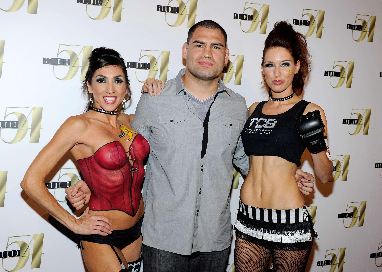Caín Velásquez es una de las estrellas de la UFC, conocido como el Toro por su manera tan arrojada y valiente de afrontar los combates. Orgulloso de tener sangre latina, su ascenso tan rápido a la cima de la UFC, se debe a su carácter y manera en que sus padres lo educaron, para afrontar la vida. Conoce algunos datos importantes del gigante mexicano-norteamericano de la UFC. Foto: Getty images