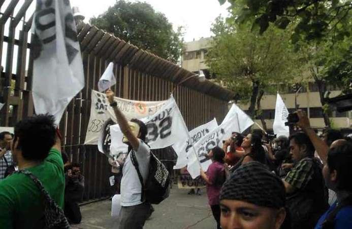 #YoSoy132 protesta en sede del PRI por día del estudiante