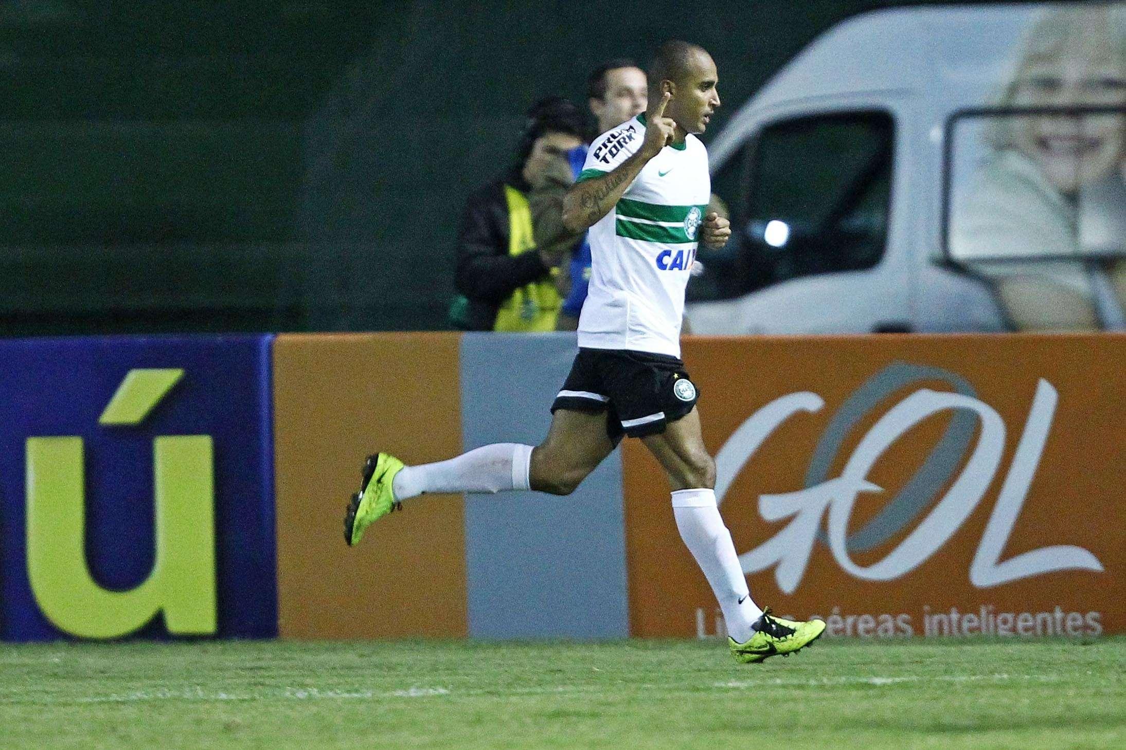 Deivid festeja gol de empate do Coritiba em vitória de virada sobre o Atlético-MG Foto: Heuler Andrey/Agif/Gazeta Press