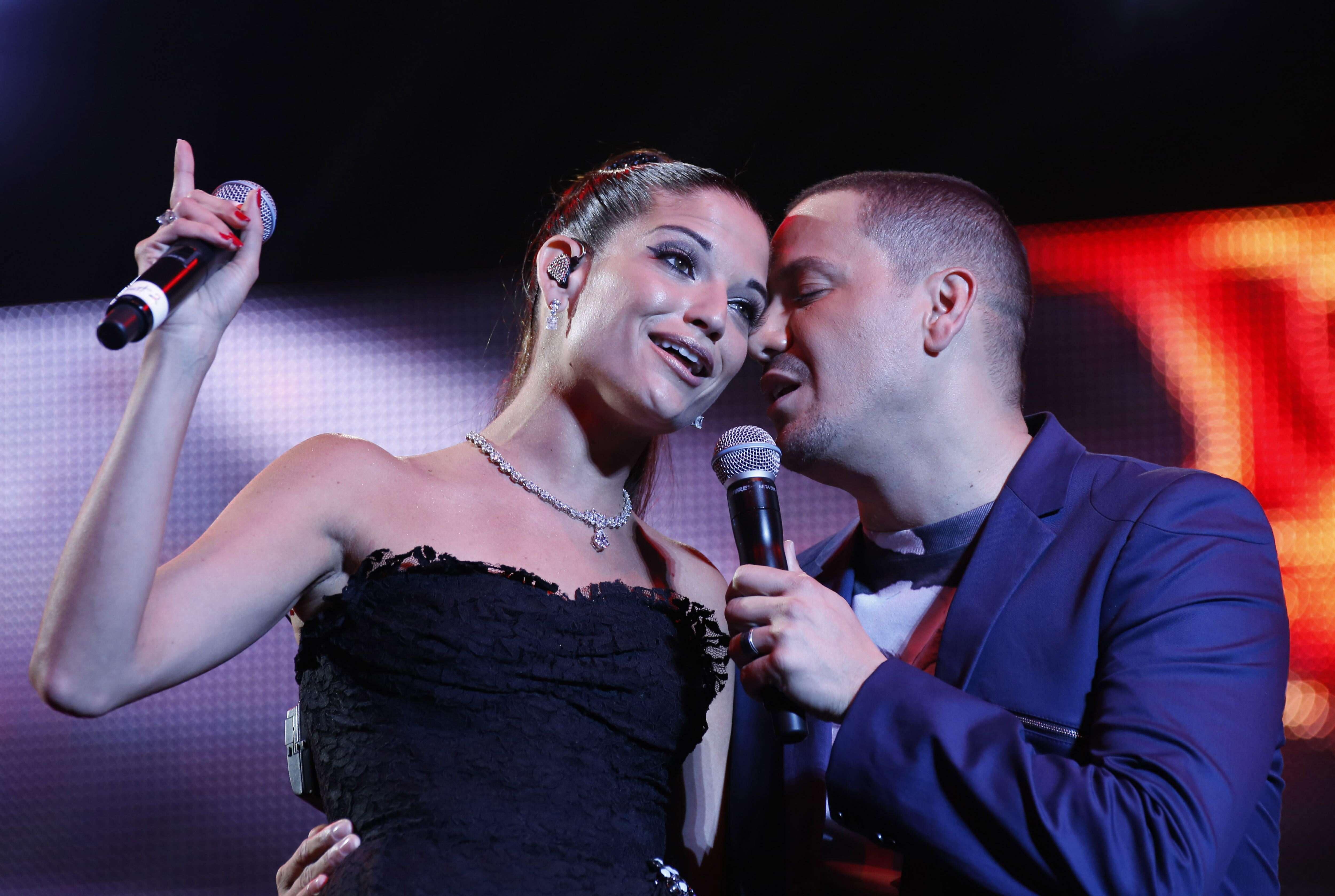 Fotos: Víctor Manuelle le canta al oído a Natalia Jiménez