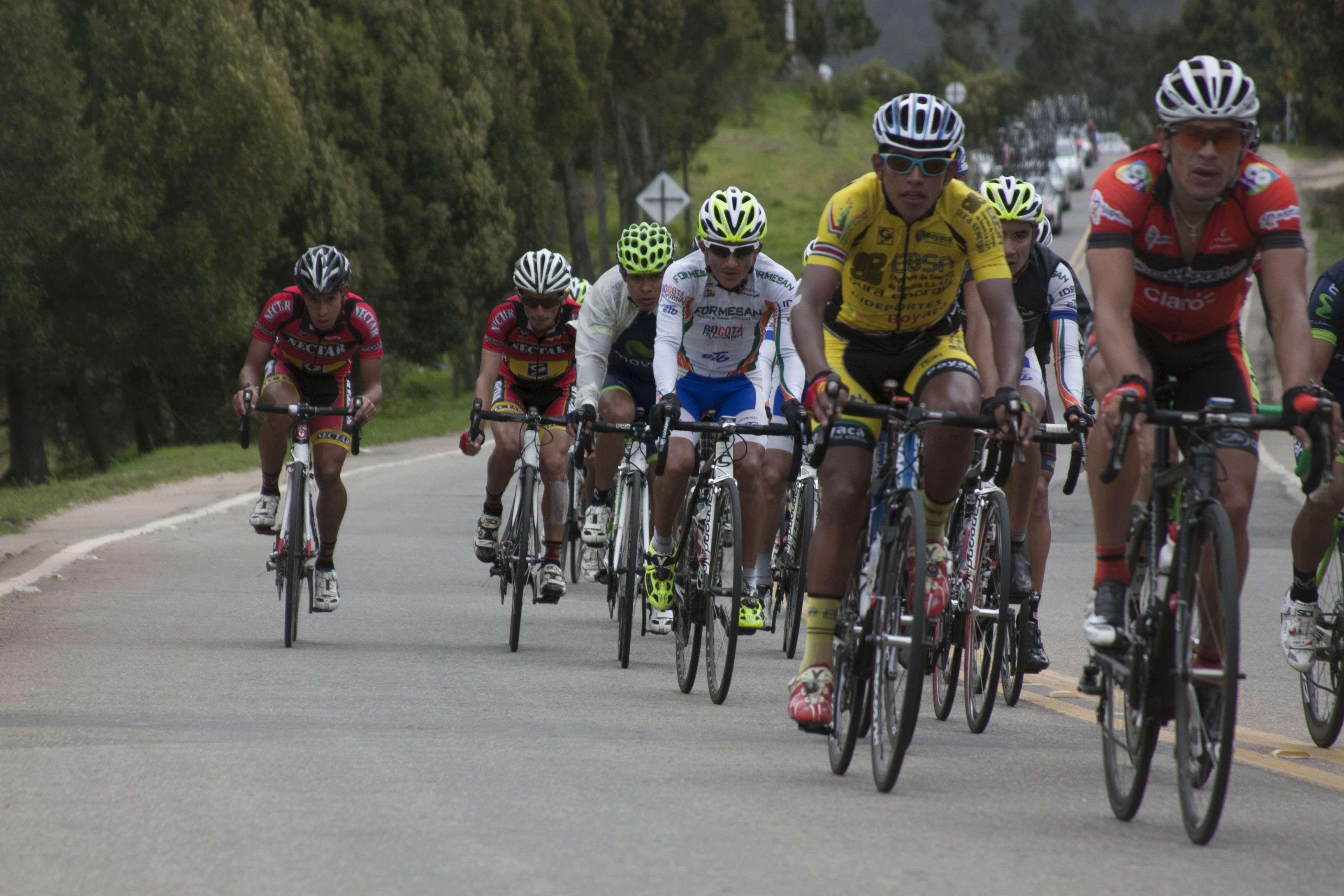 La décima etapa estuvo pasada por agua y fue una de las más difíciles por el mal estado de las carreteras. Aún así, el ecuatoriano Byron Guamá de Movistar Team América, se mantuvo en los primeros lugares del lote, luchando por llegar bien posicionado a la meta, en la que en un sprint final, pasó por encima del grupo que llegó con él y ganó su segunda etapa en la versión 63 de la competencia y consiguió su quinto triunfo en vueltas a Colombia Foto: Julián Carvajal/Terra