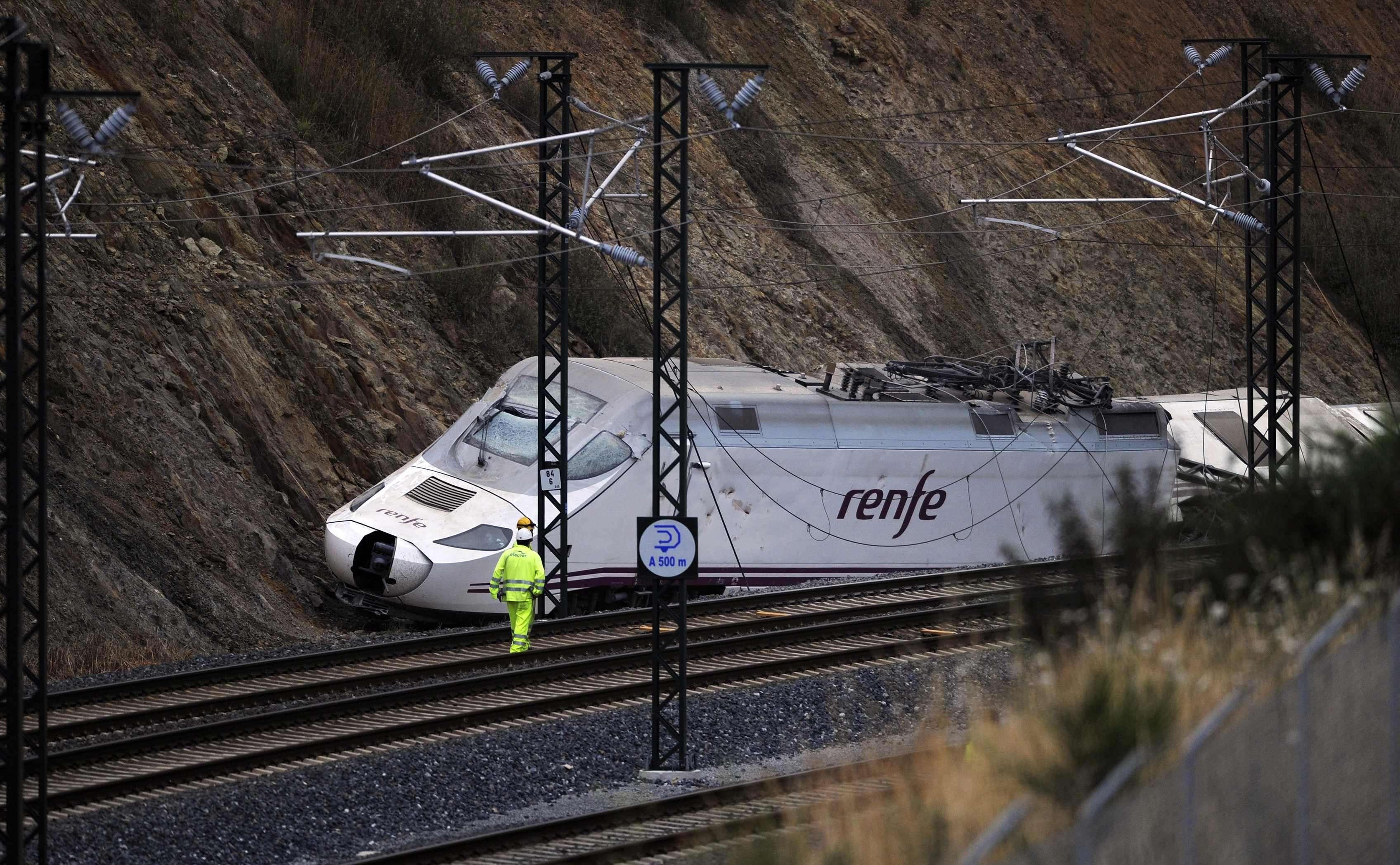 La máquina del tren Alvia siniestrado en Santiago de Compostela permanece sobre una de las cunetas de la vía ferroviaria Foto: Reuters en español