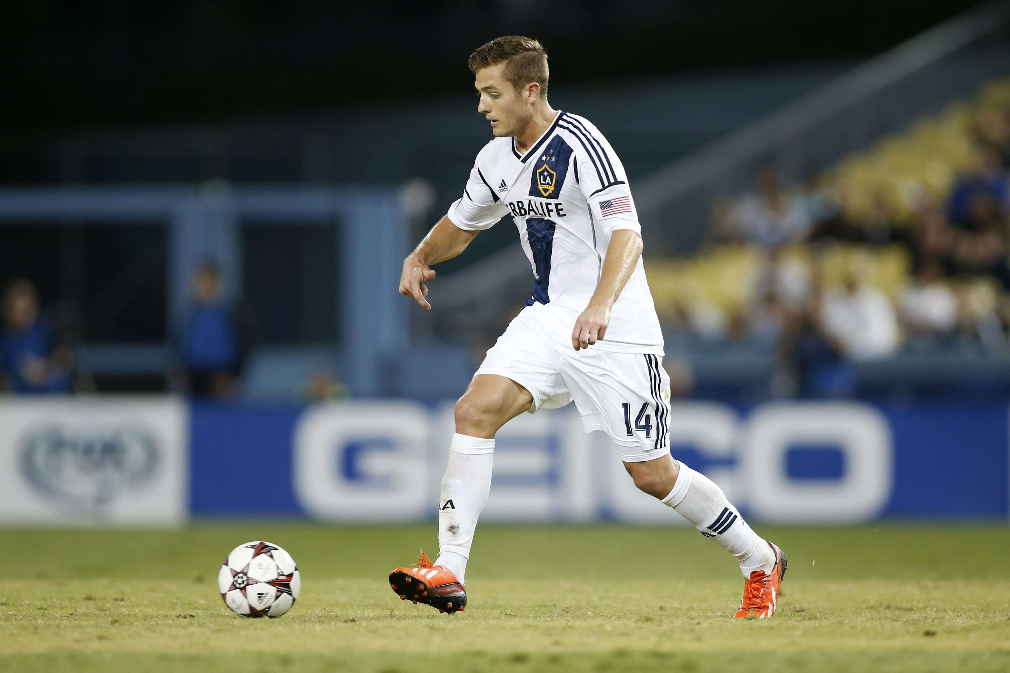 Robbie Rogers of L.A. Galaxy controls the ball against Juventus during the second half of their Guinness International Champions Cup soccer match at Dodger Stadium in Los Angeles, August 3, 2013. REUTERS/Danny Moloshok (UNITED STATES - Tags: SPORT SOCCER) Foto: DANNY MOLOSHOK/REUTERS