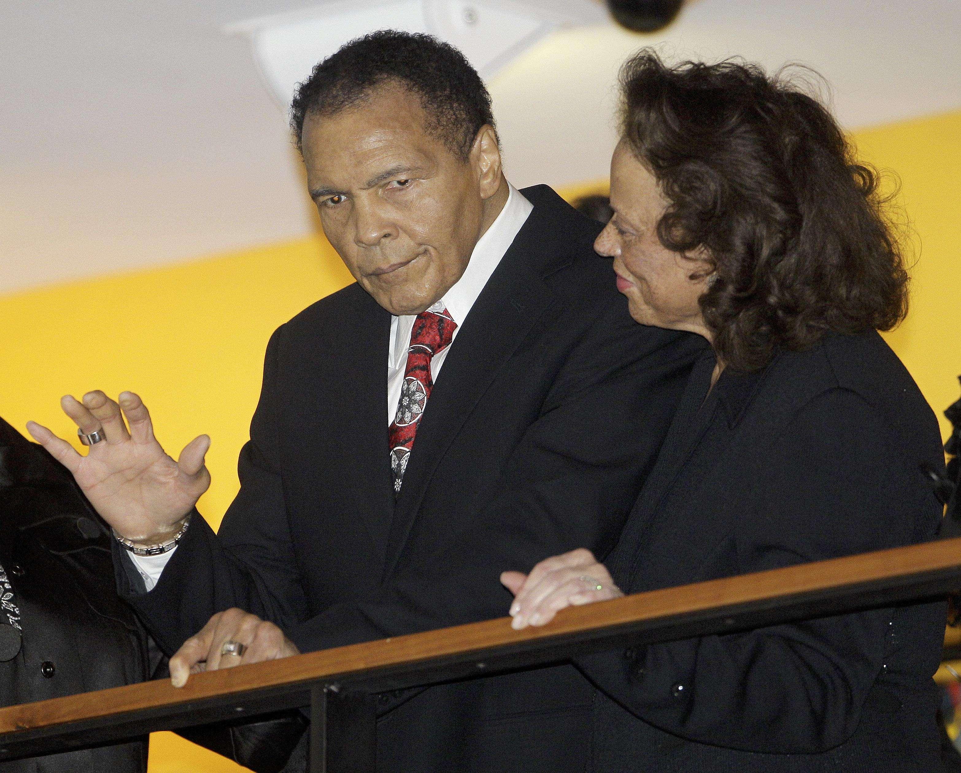 Mohamed Ali y su esposa Lonnie saludan a los asistentes a la celebración del cumpleaños 70 del boxeador en el Centro Mohamed Ali en Louisville, Kentuky en una fotografía de archivo del 14 de enero de 2012. Ali entregará en el centro los primeros Premios Humanitarios Mohamed Ali el 3 de octubre, informó el Centro Mohamed Ali el martes 27 de agosto de 2013. Foto: Mark Humphrey, archivo/AP