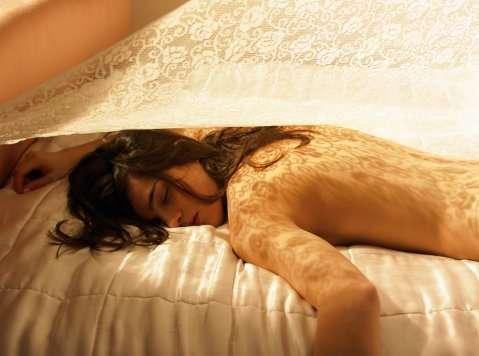 """Evita dormir boca abajo: Los fisioterapeutas recomiendan dormir de lado, dado que en esta posición la columna vertebral se encuentra en la horizontal y reparte mejor las tensiones. """"Para que nuestro cuello no sufra mientras descansamos, debemos de usar una almohada que nos permita tener las cervicales alineadas con el resto de la columna, tanto si estamos boca arriba, como si estamos de lado. Es algo muy personal, así que hay que probar la almohada antes de adquirirla para comprobar que esta condición se cumple"""", explica el fisioterapeuta José Santos. Foto: Getty Images"""
