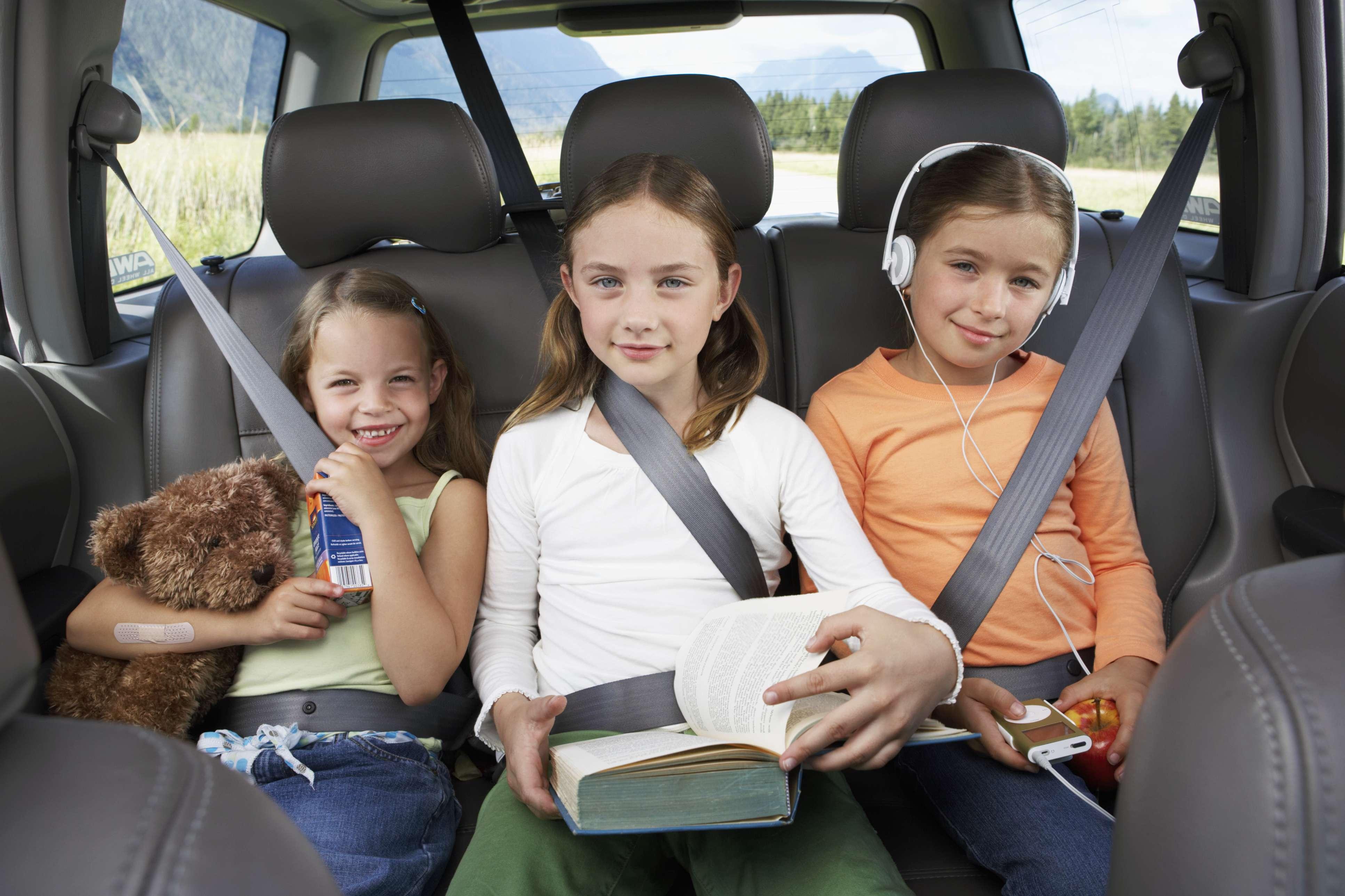"""Menores a bordo: Los fisioterapeutas recomiendan instalar en el asiento trasero central del coche (el más seguro) un sistema de sujeción específico para el niño, adaptado a su peso y edad. """"Si se viaja sólo con el menor, y se decide instalar la silla o las sujeciones en el asiento delantero del copiloto, es muy importante desactivar el airbag delantero para evitar el riesgo de asfixia del menor si éste se activa, y eliminar holguras en el arnés y la sillita"""". Por su parte """"los menores de 4 años deben viajar sentados en sentido contrario a la marcha, para evitar movimientos bruscos del cuello y el tórax en caso de choque frontal, y los mayores de 4 años, es aconsejable que utilicen un cojín elevador con cinturón de tres puntos, situando su banda inferior sobre los huesos superiores de la pelvis, y nunca sobre las zonas blandas del abdomen"""", explica Santos. Foto: Getty Images"""