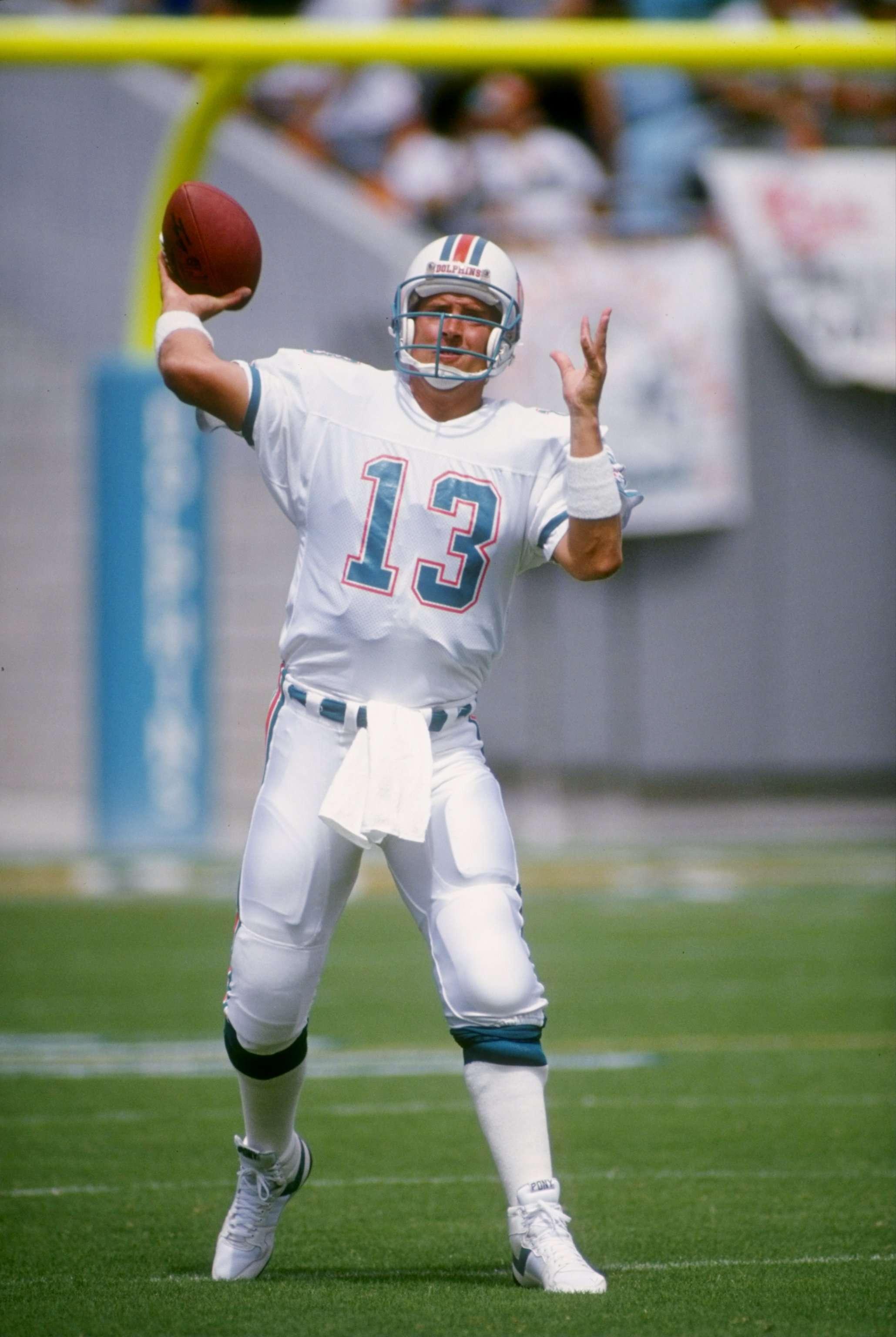 Dan Marino nació el 15 de septiembre de 1961 en Pittsburgh, Pennsylvania; jugó como mariscal de campo de los Miami Dolphins. Es poseedor de muchos records de la NFL en la categoría de pases, aunque sólo llegó a un Super Bowl en 1985 el cual perdió ante los San Francisco 49ers de Joe Montana. Es ampliamente reconocido como uno de los más grandes y prolíficos en la historia del deporte. Sus principales cualidades eran su poderoso brazo y una rapidez inigualable para desprenderse del balón. Foto: Getty Images y Archivo