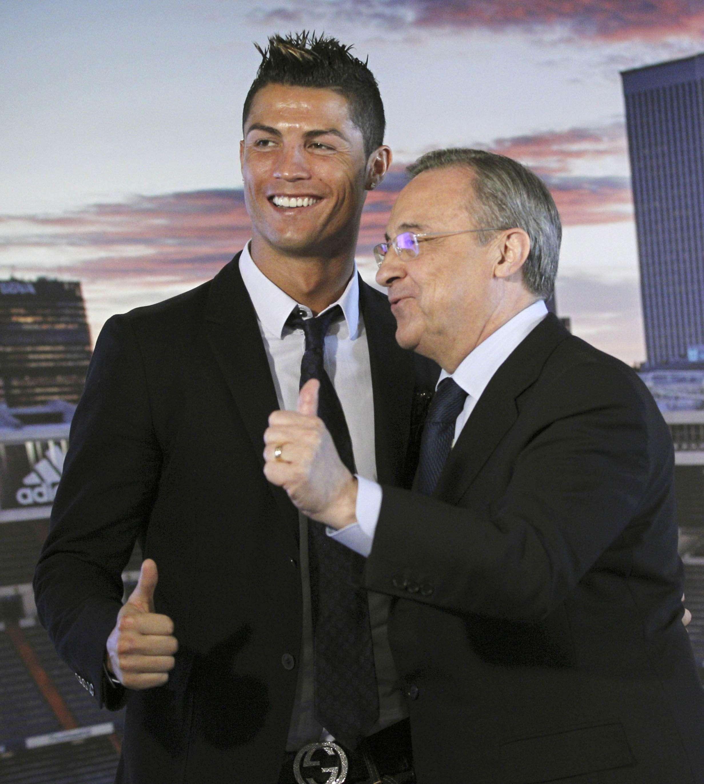 Cristiano Ronaldo cumprimenta Florentino Pérez em assinatura de contrato Foto: EFE