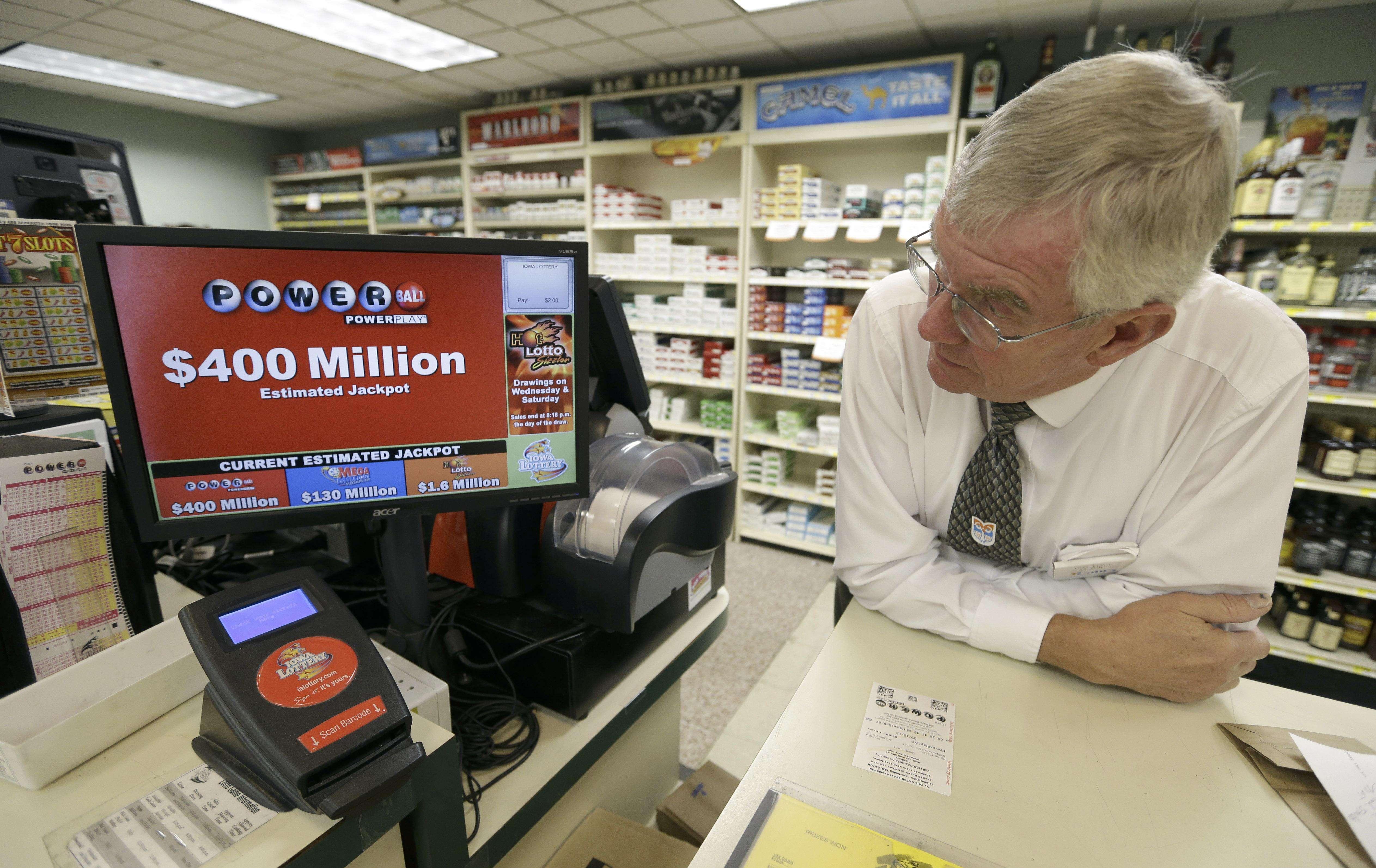 Don Mark observa una pantalla anunciando un premio de 400 millones de dólares de la lotería Powerball en su tienda de comestibles de Des Moines, Iowa, el 17 de septiembre del 2013. Los premios gigantescos --de cientos de millones de dólares-- ya son casi una rutina en las loterías de Estados Unidos. Foto: Charlie Neibergall/AP
