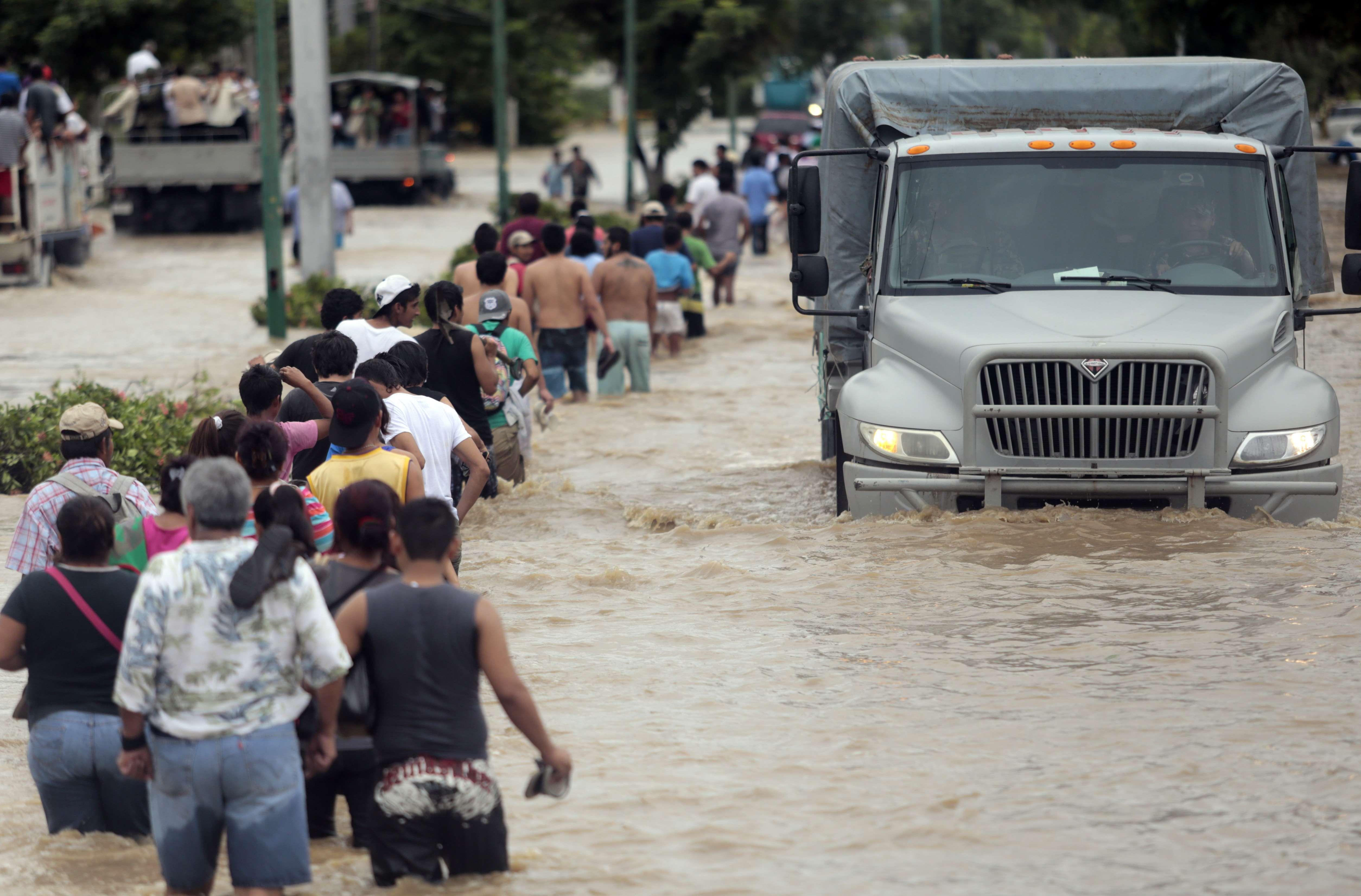 Además de los 18 muertos, los habitantes de Acapulco continúan resintiendo los estragos de las lluvias provocadas por el huracán Manuel; 20 desprendimientos o bloqueos en la autopista Acapulco-México, falta de víveres, viviendas y actos de rapiña. Pese a esto los acapulqueños siguen luchando por sobrevivir. Foto: AFP en español