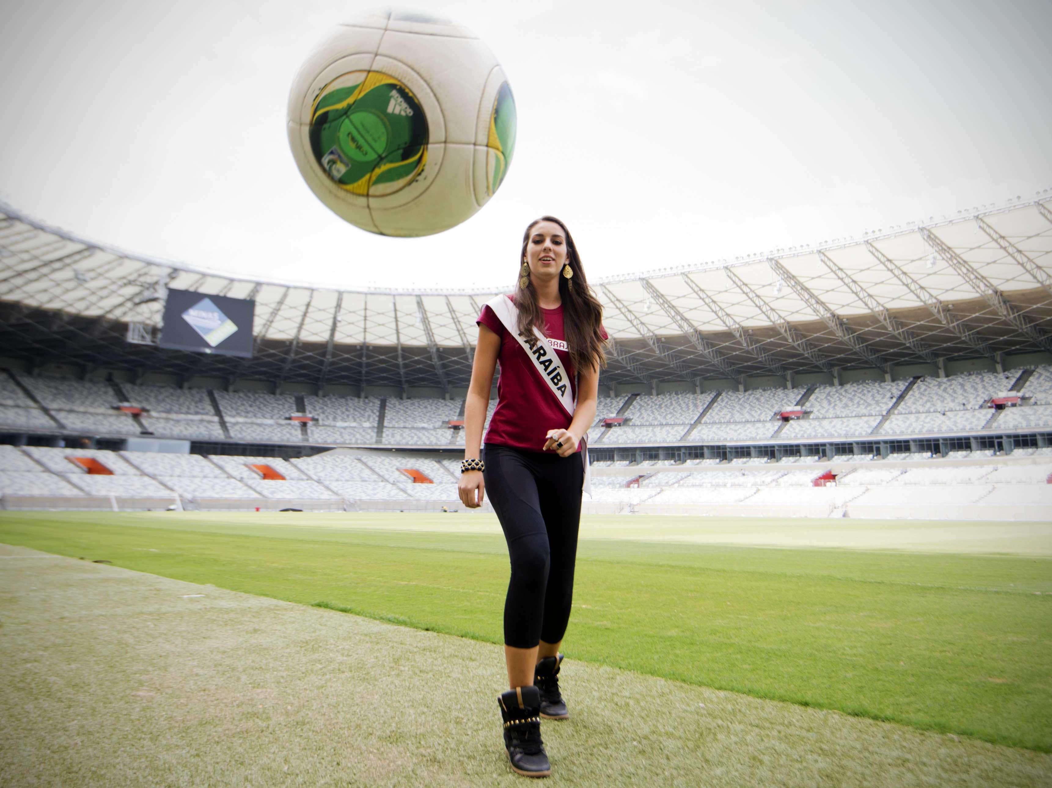 Em dia de estádio vazio, as 27 candidatas ao Miss Brasil 2013 visitaram o Mineirão, em Belo Horizonte, onde brincaram de bobinho e de embaixadinhas Foto: Bruno Santos/Terra
