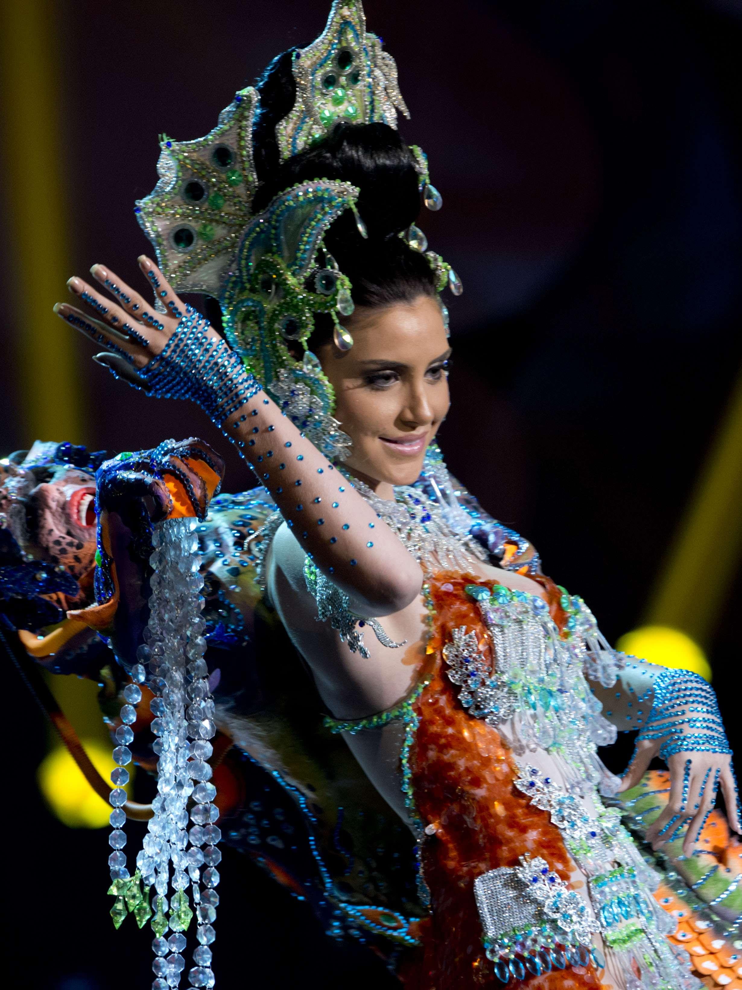 No início desta sexta-feira (27), as 27 candidatas ao título de Miss Brasil 2013 participaram de um momento muito tradicional nos concursos de beleza: o desfile de trajes típicos. O evento aconteceu no Minas Centro, em Belo Horizonte, e contou com as torcidas de cada estado Foto: Bruno Santos/Terra