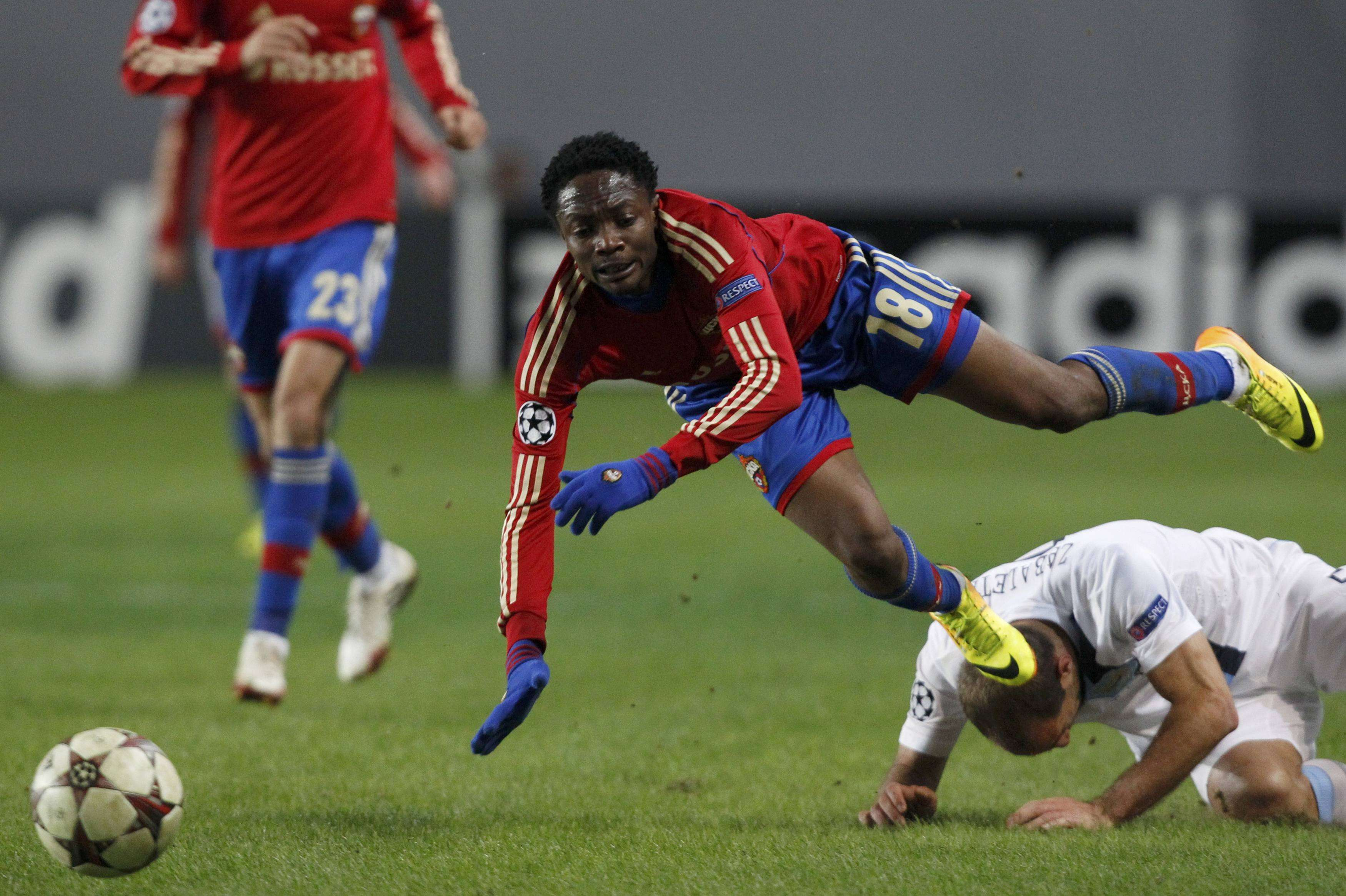CSKA Moscow's Ahmed Musa (L) is tackled by Manchester City's Pablo Zabaleta during their Champions League soccer match at the Arena Khimki outside Moscow, October 23, 2013. REUTERS/Maxim Shemetov (RUSSIA - Tags: SPORT SOCCER) Foto: MAXIM SHEMETOV/REUTERS