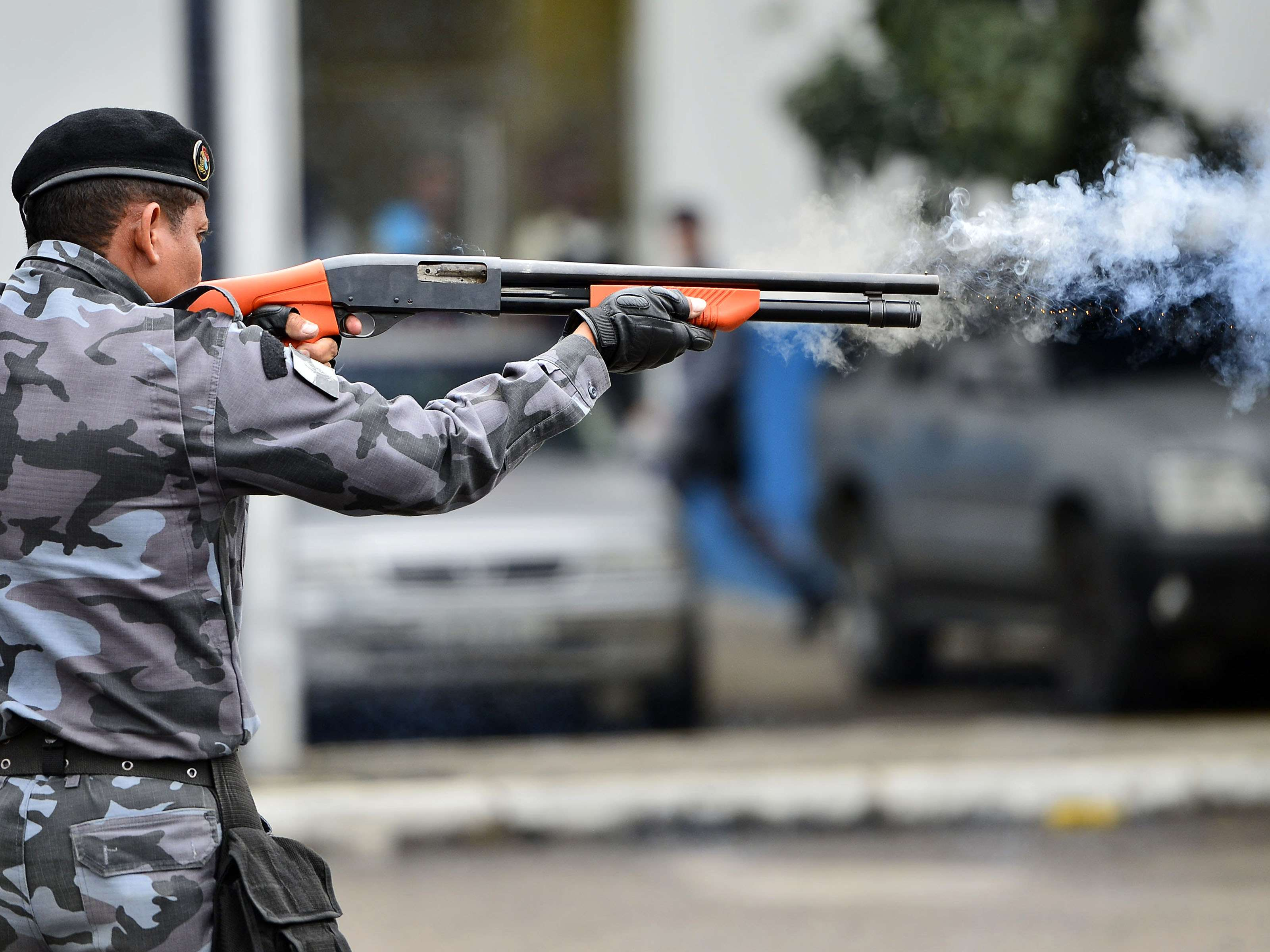 Policiais militares do Rio de Janeiro testam armas não letais antes de um protesto marcado para esta quinta-feira na capital fluminense. Os agentes treinaram com armas de balas de borracha com tinta, usadas para marcar alvos, além de bombas que soltam pó em vez de gás - tanto de efeito moral quanto lacrimogênio - e de granadas de luz e som Foto: Daniel Ramalho/Terra