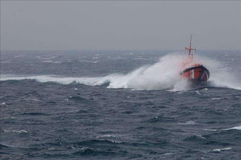 Rescatan en el mar a dos inmigrantes a los que abandonaron desde una patera Foto: Agencia EFE/© EFE 2013. Está expresamente prohibida la redistribución y la redifusión de todo o parte de los contenidos de los servicios de Efe, sin previo y expreso consentimiento de la Agencia EFE S.A.
