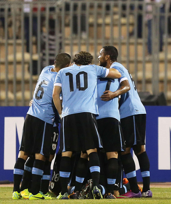 Uruguay busca sellar su pase a Brasil cuando reciba a ...