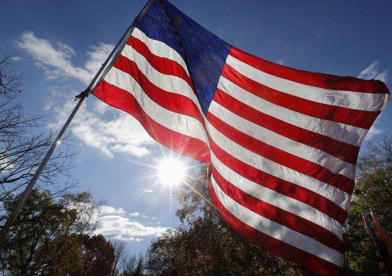 Uma bandeira americana é vista em um prostesto contra o governo do presidente Obama em Washington. Os preços ao consumidor nos Estados Unidos caíram inesperadamente em outubro e a taxa de inflação anual foi a menor em quatro anos, o que deve dar espaço para o banco central norte-americano manter o ritmo de compra de títulos por algum tempo. 19/11/2013 Foto: Larry DowningRTX15KC8/Reuters