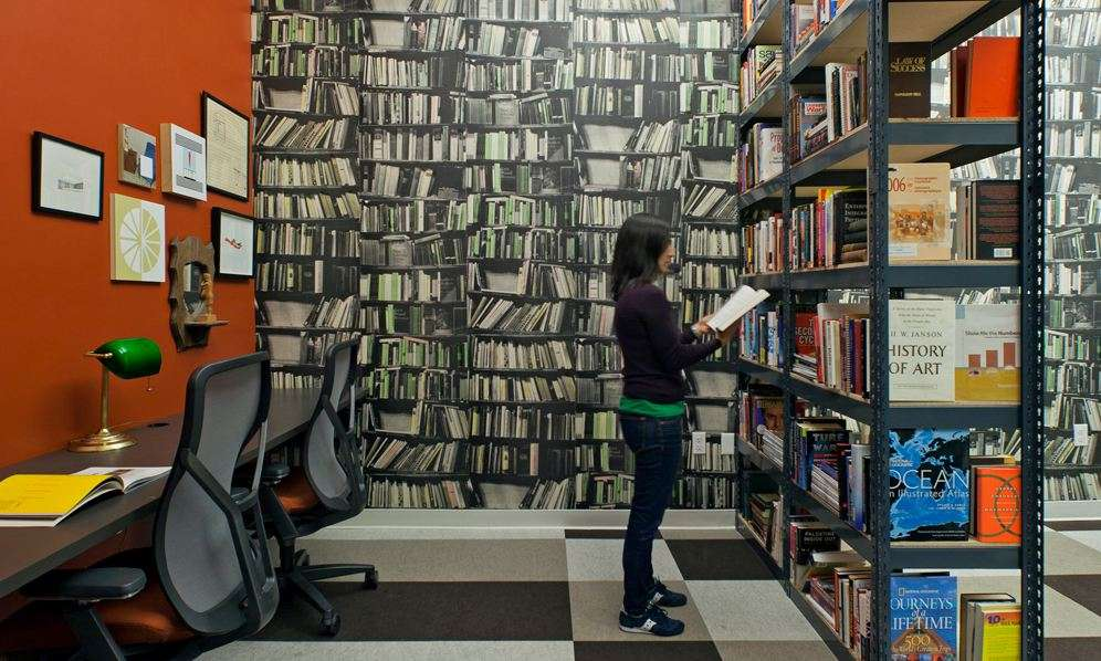 Quid - São Francisco - A empresa de software Quid priorizou uma biblioteca para os funcionários no projeto do seu escritório Foto: Studio O+A/Divulgação
